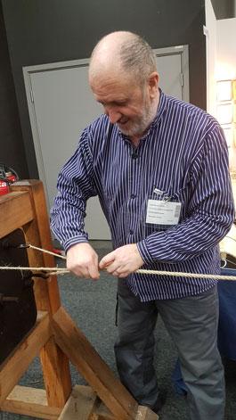 Repslagare som taglar ett rep
